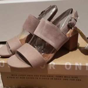 NWT TOMS Poppy Sandals